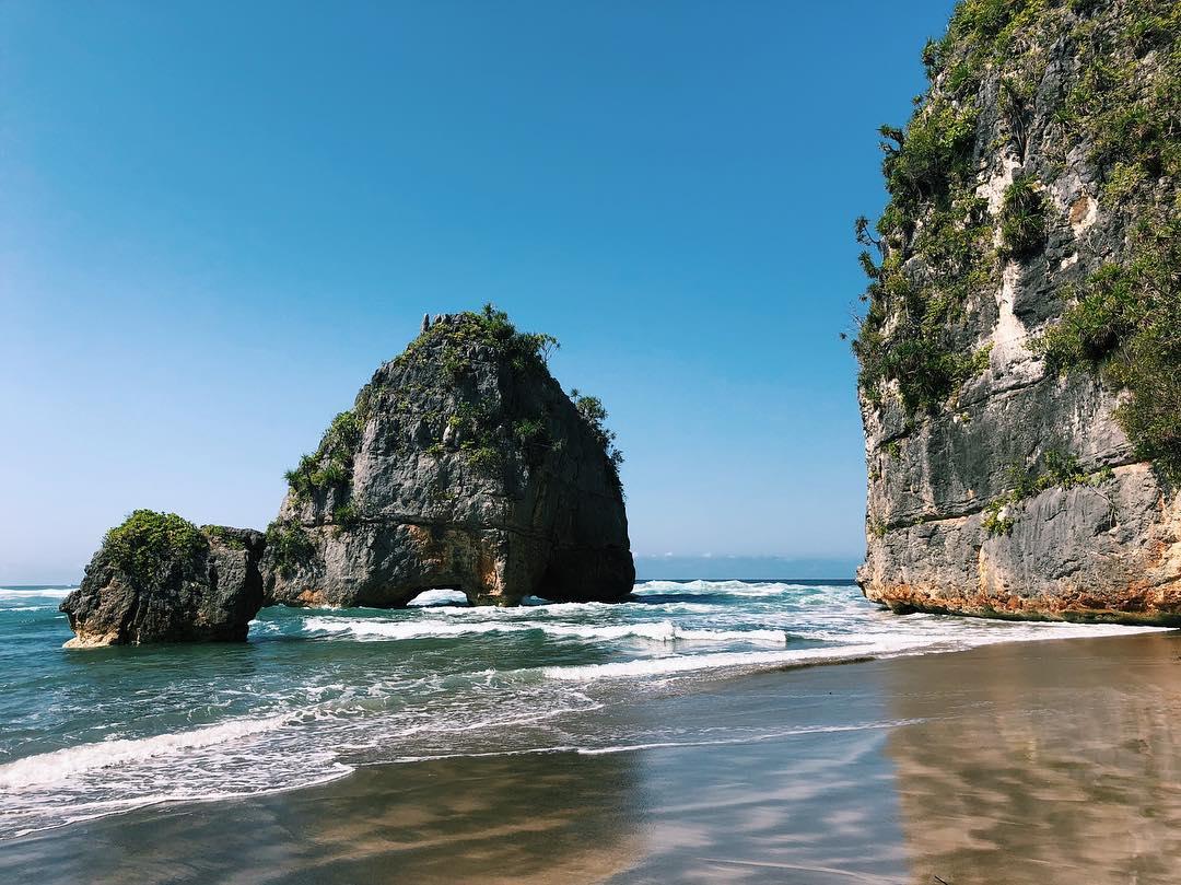 Referensi dan Rekomendasi Tempat Wisata di Indonesia: Potret Keindahan Pantai Watu Maladong Sumba