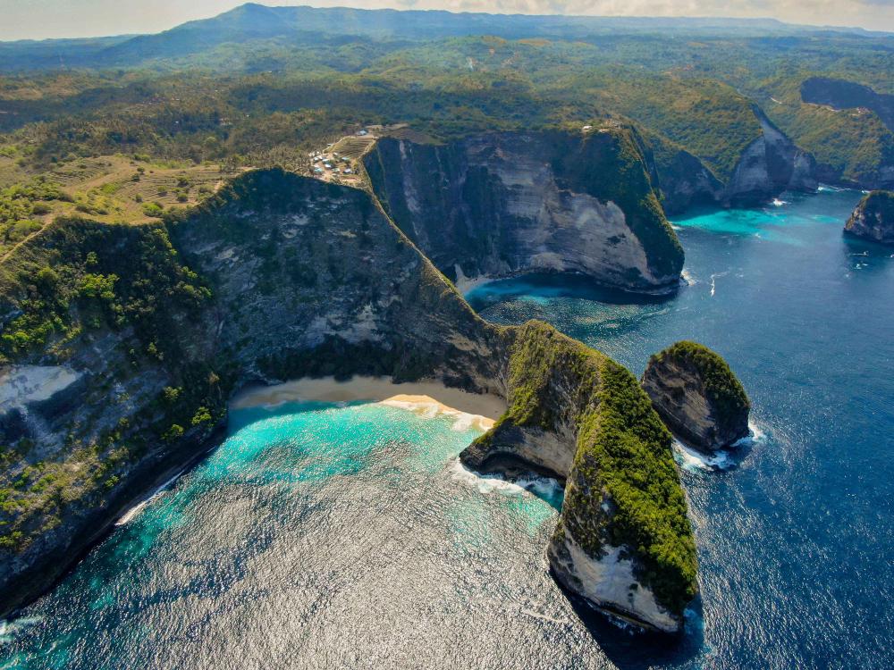 Menikmati indahnya pantai Kelingking Nusa Penida